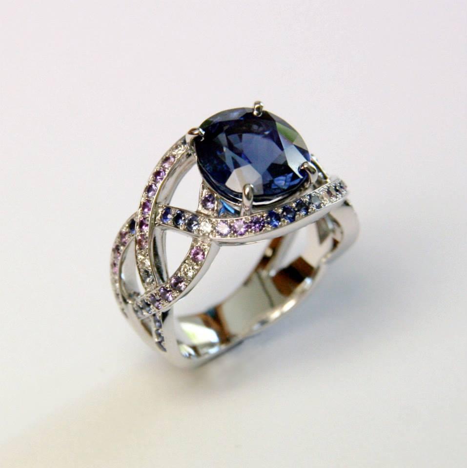 APRÈS : une bague saphir, pavage en saphirs bleus, violets, diamants sur or blanc