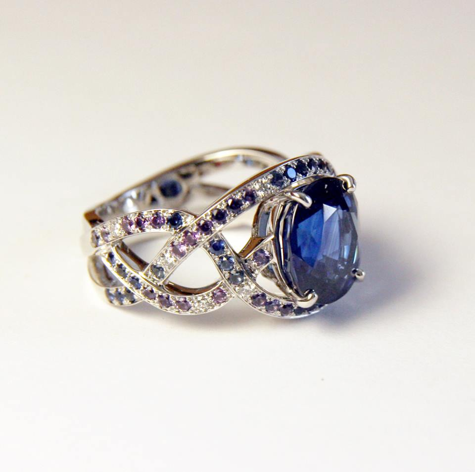 Bague or blanc saphir et pavage dégradé saphirs bleus et violets