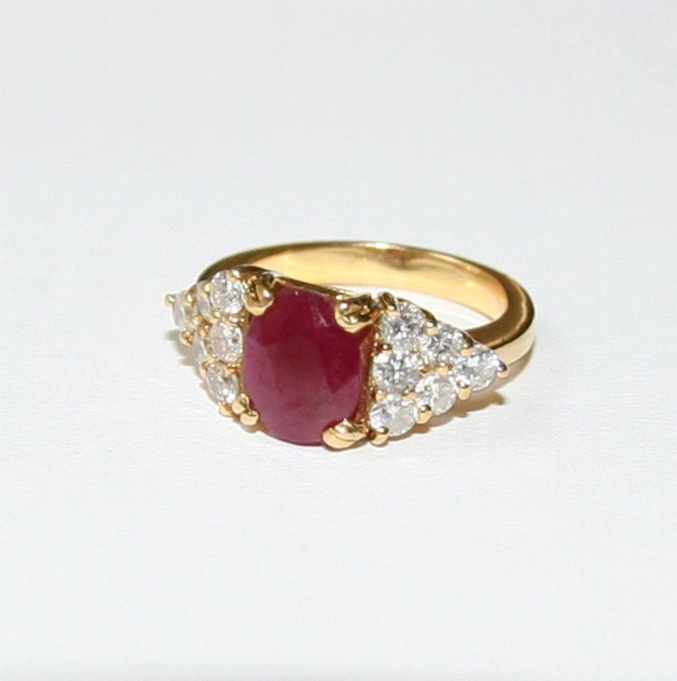 AVANT : une bague rubis et diamants sur or jaune