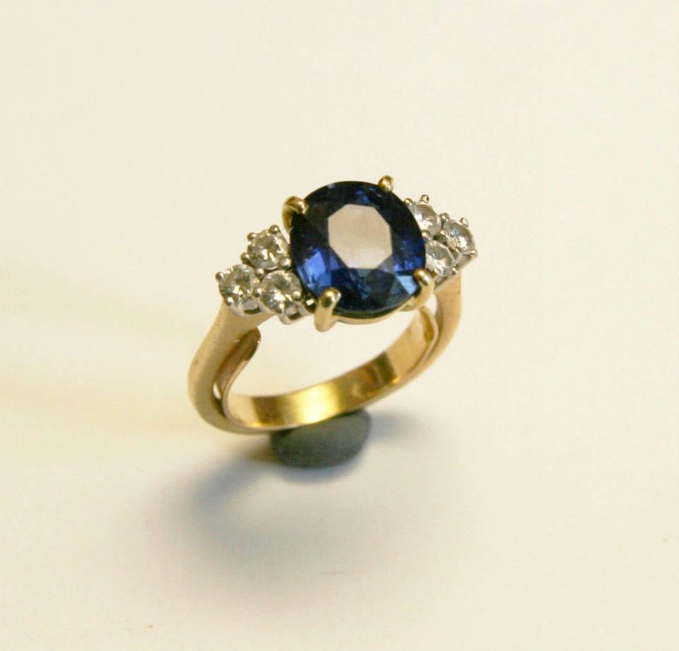 AVANT : une bague saphir et diamants sur or jaune