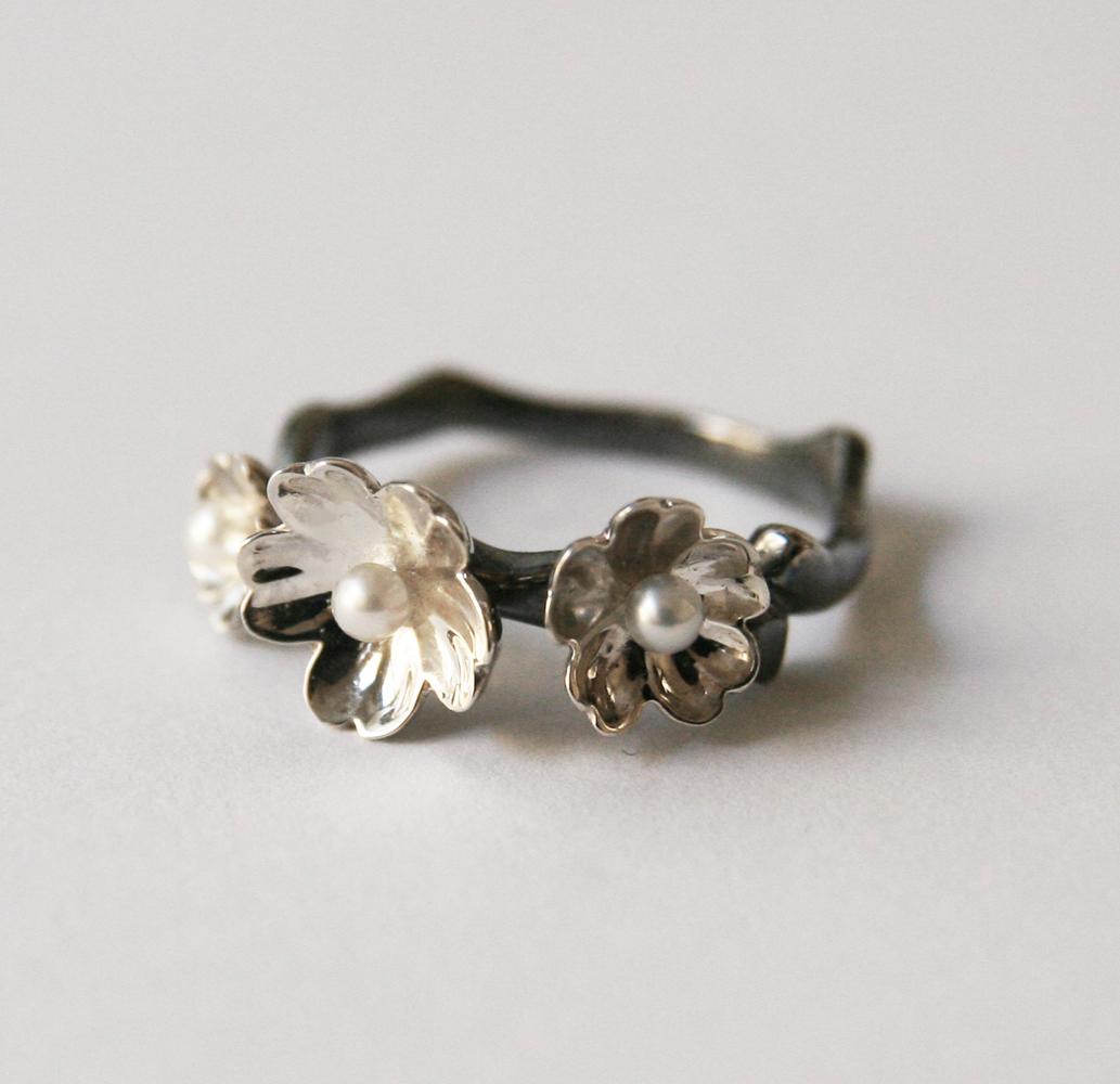 Bague monture or gris, 3 fleurs or blanc et perles fines