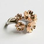Bague monture or gris, 5 fleurs en or rouge et diamants