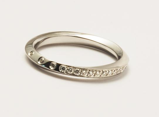Anneau or blanc, finition poli miroir et serti de diamants brillants ronds