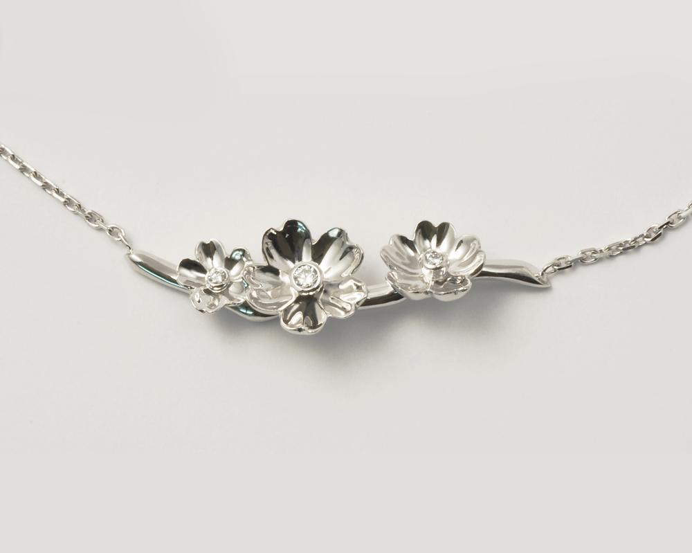 Pendentif 3 fleurs or blanc et diamants
