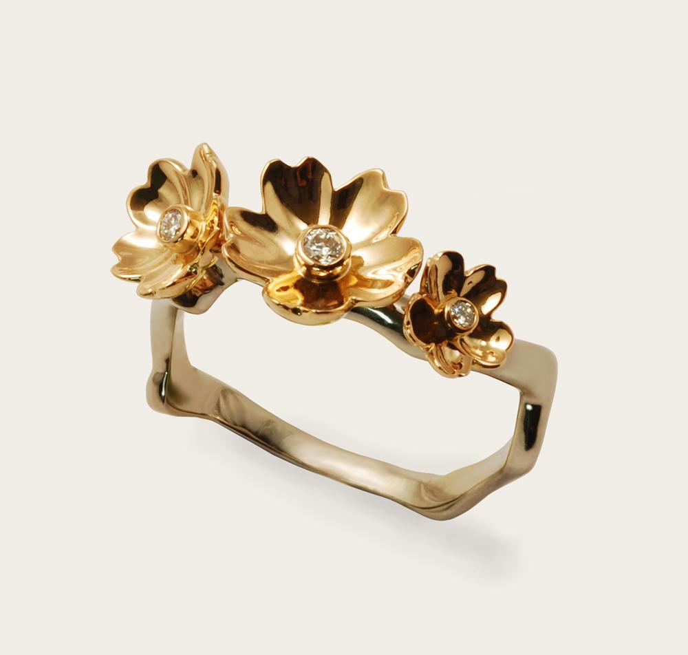 Bague monture or gris, 3 fleurs en or rouge et diamants